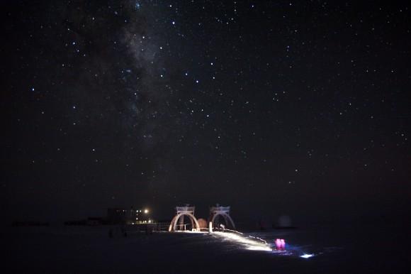 Stotis poliarinę naktį ir virš jos vertikaliu bokštu stūksantis Paukščių Takas. ESA nuotr.