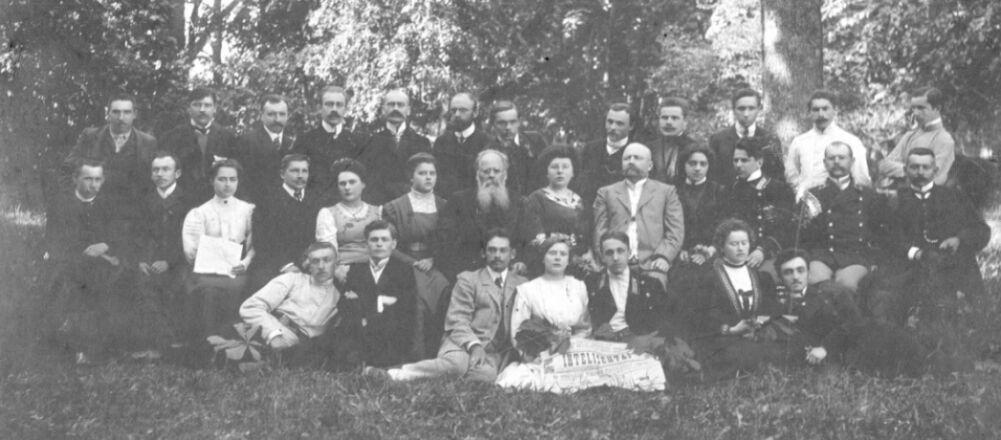 Antroje eilėje iš kairės septinta - Stanislava Jakševičiūtė Venclauskienė