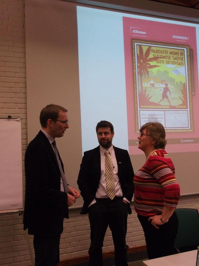 Pasitarimas prieš pranešimą: K.Sprindžiūnaitė, H.Helbergas ir Ch.Pletzingas
