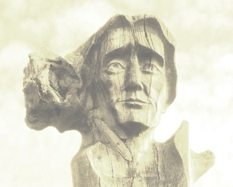 Neringoje ant Skirpstų kalno į 18 amžiaus pabaigoje smėlio užneštą gimtąjį Karvaičių kaimą žvelgia Liudviko Rėzos skulptūra (sukurta Eduardo Jonušo)