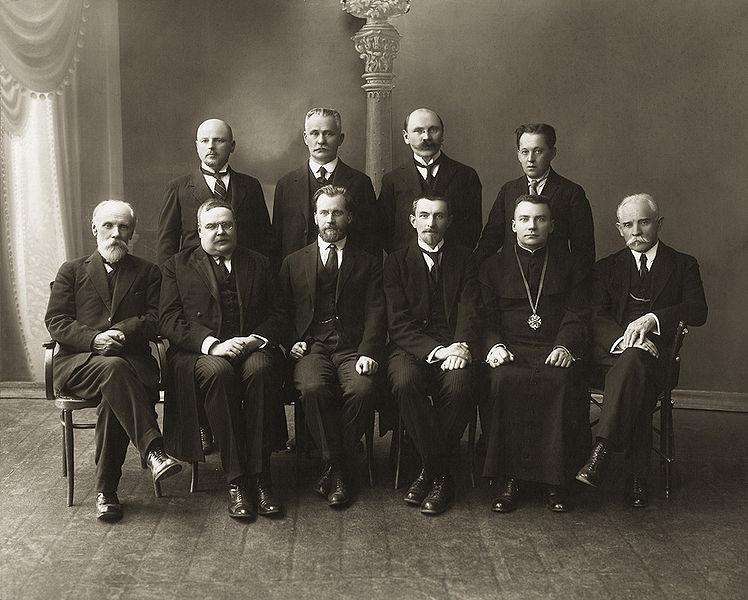 Vincas Krėvė pirmas iš dešinės antroje eilėje, VDU 1930 m.