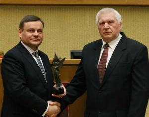 Vydas Gedvilas Antanui Terleckui įteikia 2012-ųjų metų Laisvės premiją | lrs.lt nuotr.