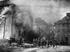 Sovietai užima Karaliaučiaus miestą (dab. Kaliningradas). 1945 m. pavasaris | antraspasaulinis.net nuotr.