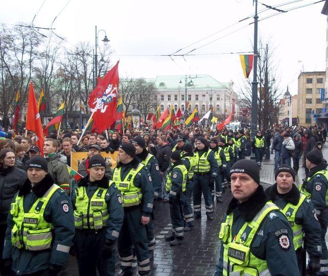 Kovo 11-osios patriotinė eisena Gedimino prospekte ir gausi policijos palyda. T. Baranausko nuotr.