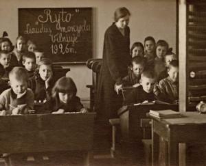 """1925–1926 metais """"Rytas"""" Vilniuje globojo lenkų valdžios patvirtintas lietuviškas mokymo įstaigas."""