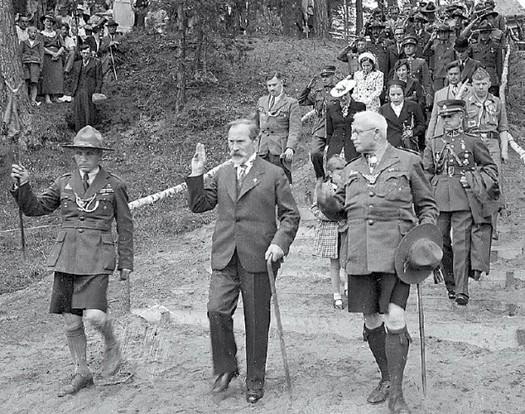 Lietuvos prezidentas Antanas Smetona skautu stovyklos atidaryme Aukštojoje Panemuneje. 1938 m. liepos 8 d.