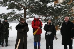 Renginio Su V.Vitkausku ant Aukštojo metu susirinkusius sveikina R.Baškytė | Valstybinės saugomų teritorijų tarnybos nuotr.
