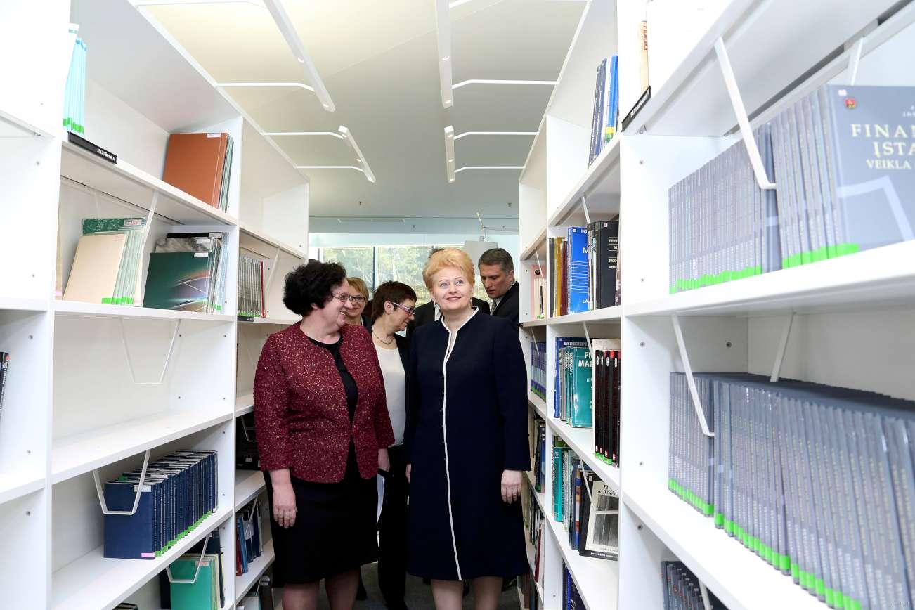 Prezidentė apžiūri naująją VU biblioteką | lrp.lt nuotr.