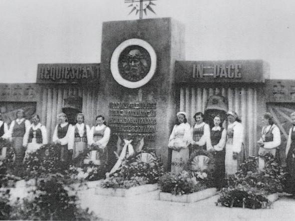 1942 m. pastatytas paminklas Obeliuose