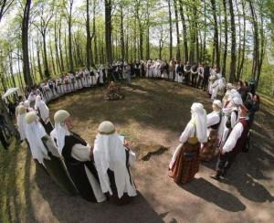 Aukštaitijos sutartinių giedotojos ant Perkūno kalno, 2012 m., Švenčionys | svencionys.lt nuotr.