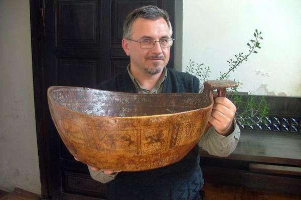 J.Vaiškūnas su pagonišku apeiginiu kaušu Baltarusijoje