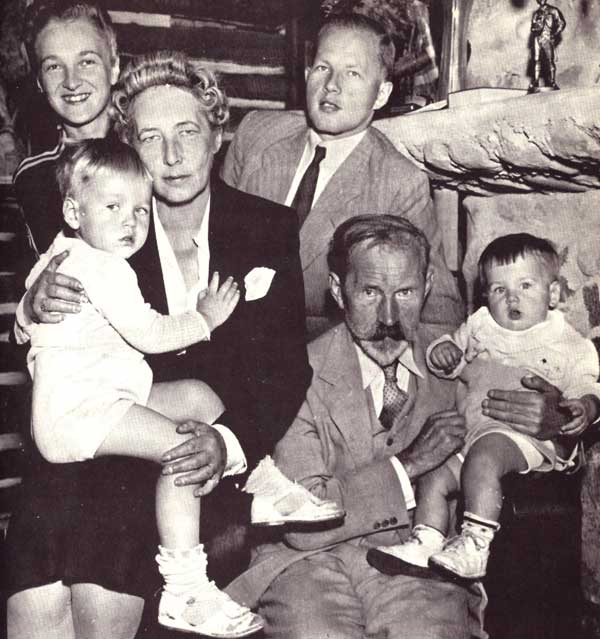 Antanas ir Sofija Smetonos su sūnaus Juliaus seima ir anukais. Cleveland, 1942