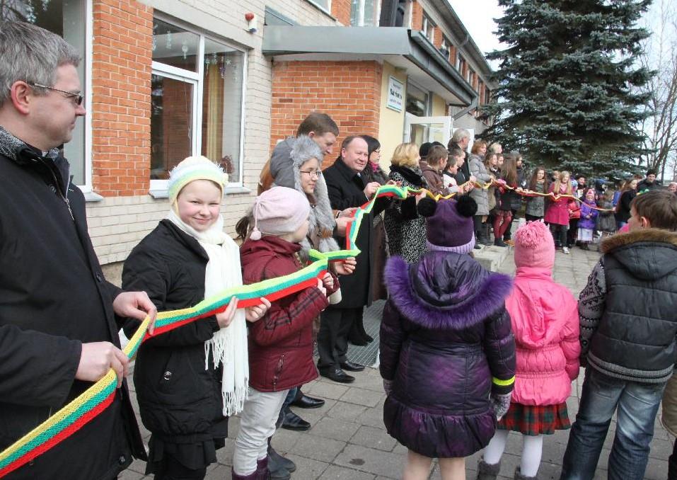 Batniavos bendruomenė apjuosė mokyklą daugiau kaip 200m. trispalve juosta