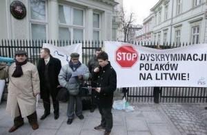 Lenkai protestuoja prie Lietuvos ambasados Varsuvoje (PAP nuotr.)
