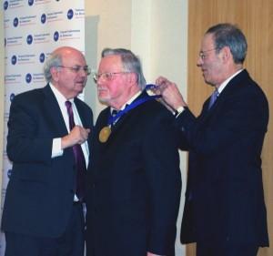 V.Landsbergiui įteikiamas apdovanojimas | URM nuotr.