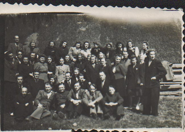 Dieveniškių valsčiaus mokyklų mokytojai po metodinės konferencijos Dieveniškėse apie 1950 m. Pirmoje eilėje sėdi miestelio valdžia.  Nuotr. iš B. Dombraitės-Usonienės asmeninio archyvo.