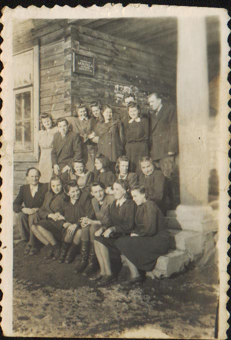Metodinės konferencijos dalyviai Poškonių septynmetėje mokykloje 1951 m. pavasarį. | B.Dombraitės-Usonienės asmeninio archyvo nuotr.