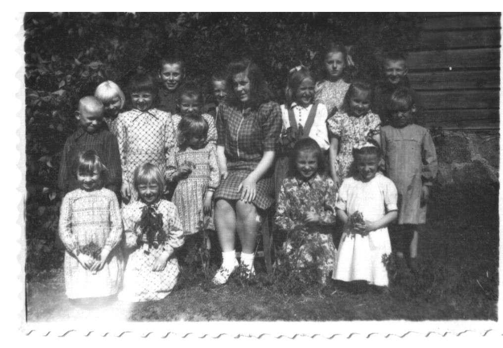Birutė Dombraitė su Kaziulių pradinės mokyklos 1–4 klasių mokinių būreliu 1949 m. pavasarį. |  B.Dombraitės-Usonienės asmeninio archyvo nuotr.