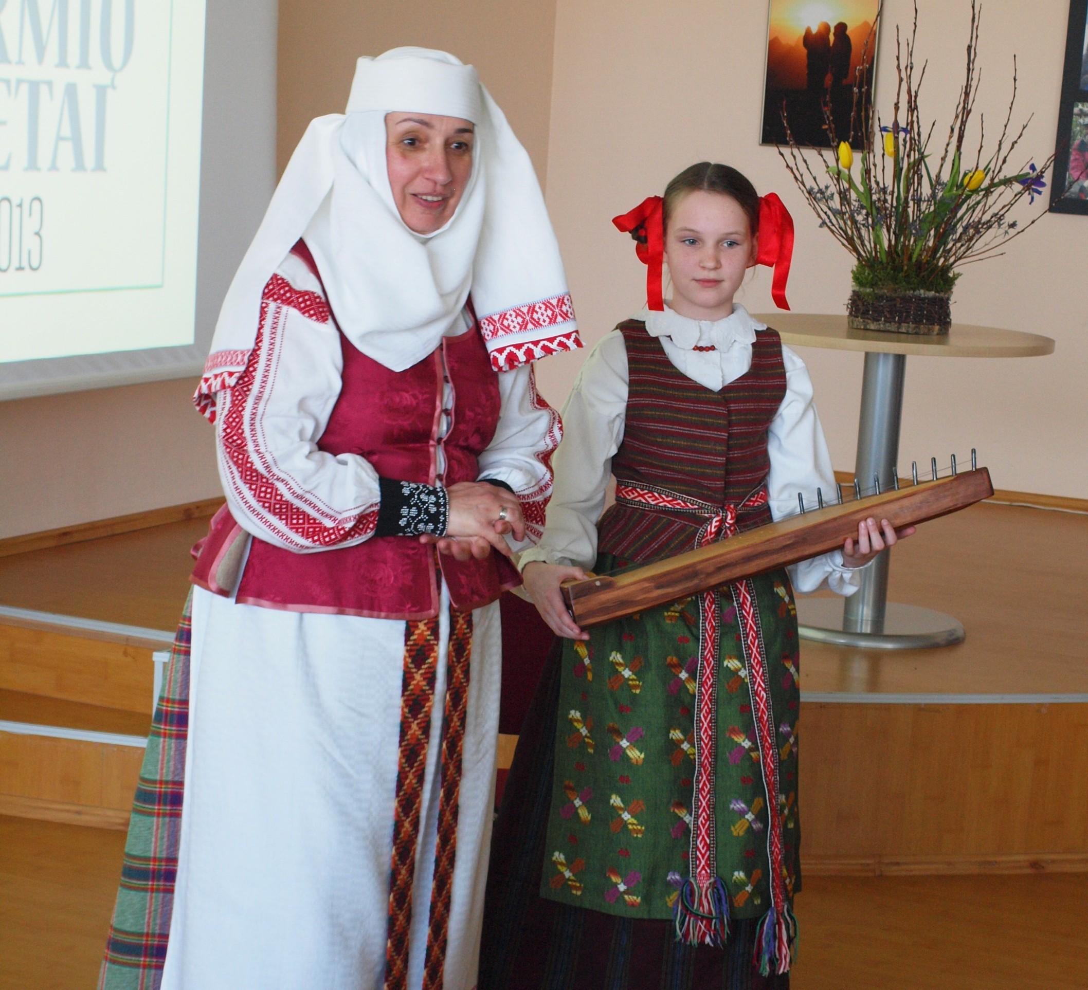 """Tarmiškai porino Neveronių folkloro ansamblis """"Viešia"""", vadovė Jolanta Balnytė"""