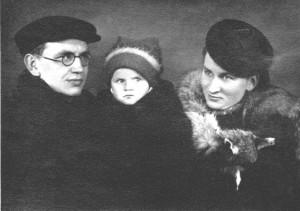 Jurgis Dovydaitis su dukra ir žmona. 1942 m.