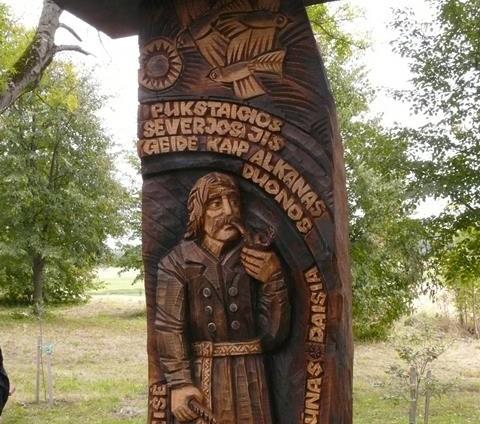 Skulptūra Vaižganto literatūriniam veikėjui - kaimo tijūnui Rapolui Geišei Malaišiuse
