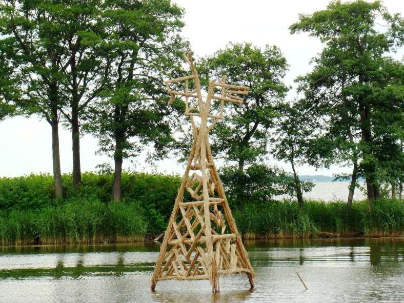 """Andris Kapusts skulptūra """"Ožka ir Vilkas"""" (aukštis apie 5 m)"""