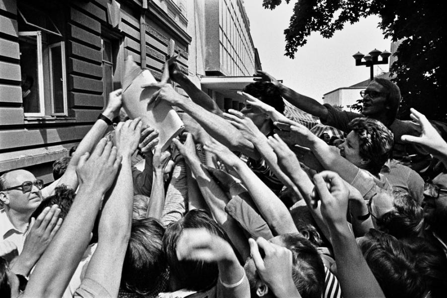 Protesto mitingas prie Eltos pastato prieš klaidinančią spaudos informaciją apie Sąjūdį. Mitinge platinamas Sąjūdžio žinių 2 numeris. Vilnius, 1988 06 29. Raimondo Urbakavičiaus fotografija