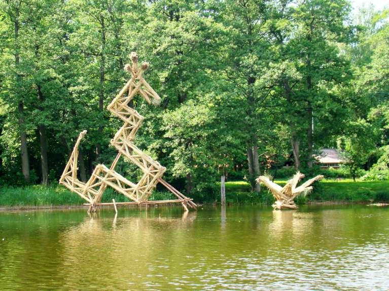 """Vytauto Musteikio skulptūra """"Žaltys – saulės saugotojas"""" arba """"Žalčio pasaka"""" (aukštis apie 8 m)"""