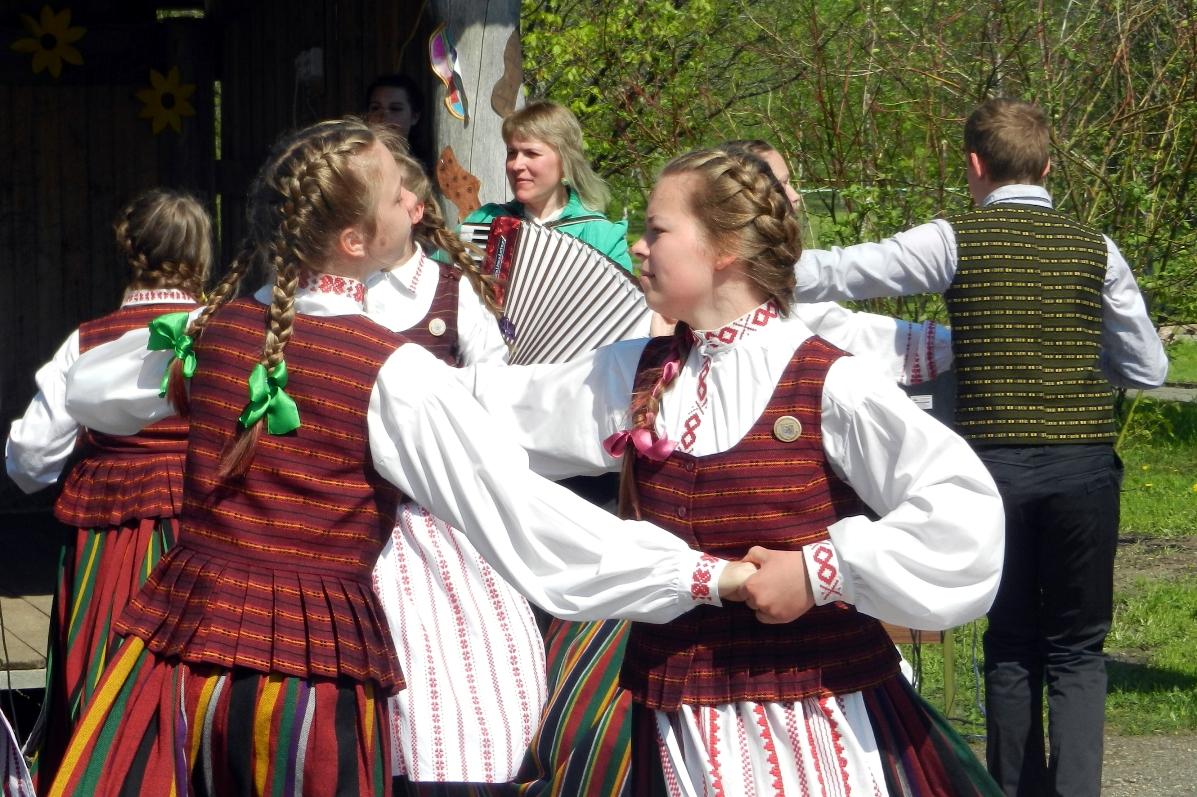"""Žadeikių pagr. mokyklos folkloro šventės """"Molinė asla akimirkos"""