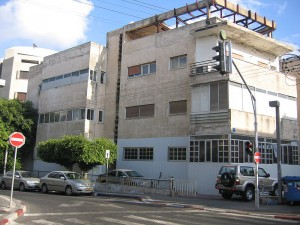 Tel Avivo LGBT nepilnamečių centras Bar Noar įskūrė šiame pastate Nachmani gatvėje