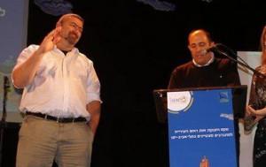 Tel Avivo meras 2009 m. įteikia apdovanojimą Bar Noar centro vadovui Shauliui Ganonui