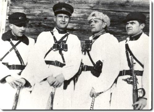 Tauro apygardos Žalgirio rinktinės štabo Žvalgybos skyriaus viršininkas J.Jankauskas-Demonas (pirmas iš kairės) Pietų Lietuvos (Nemuno) srities vadas A.Ramanauskas-Vanagas, Tauro apygardos Žalgirio rinktinės štabo Ūkio skyriaus viršininkas Urbantas Dailidė-Tauras pakeliui į Lietuvos partizanų suvažiavimą. Jurbarko-Girdžių apylinkės, 1949 m. vasario 4 d.   Genocido aukų muziejaus nuotr.