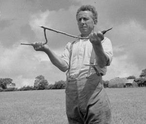 Ūkininkas Didžiojoje Britanijoje aplink savo fermą virgulėmis ieško gruntinio vandens, 1942 metų nuotrauka ©UK Ministry of Information