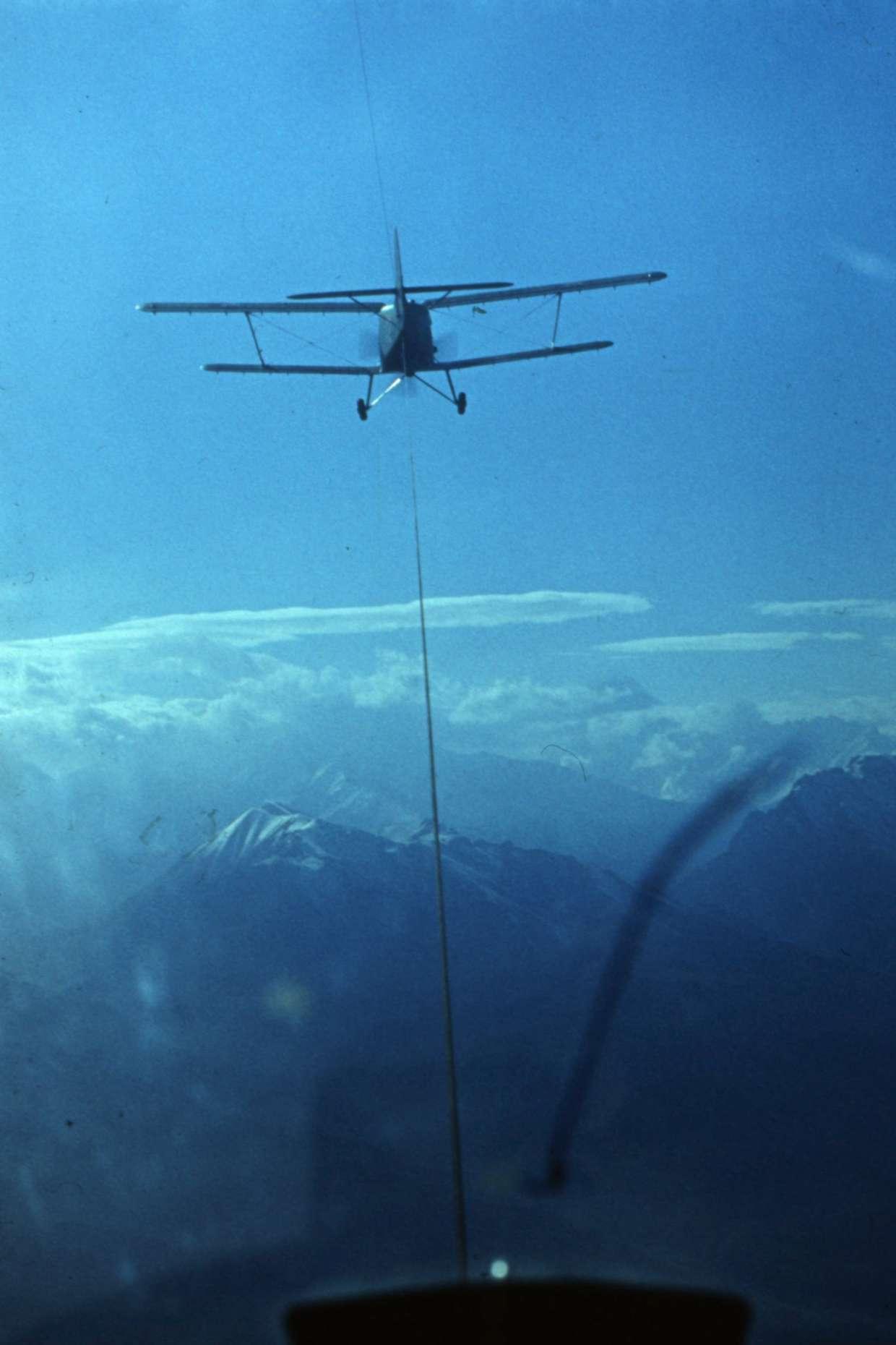 AN2 lėktuvas traukia sklandytuvą į Kaukazo kalnus
