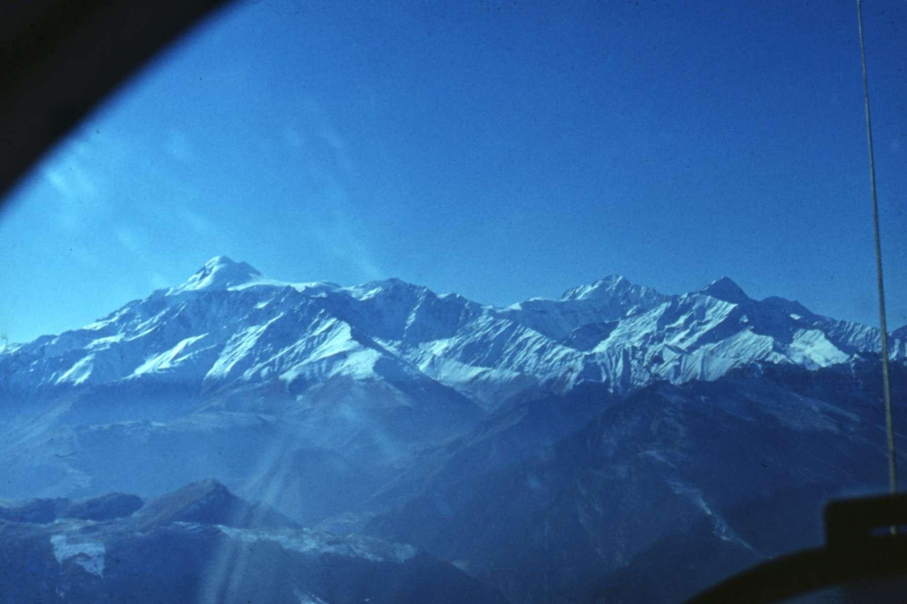 Dvigalvio Kazbeko kalnas (kairėje, toli)