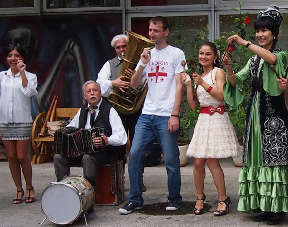 Itin gausus užsienio šalių piliečių, besimokančių lietuvių kalbos, susirinko į kultūrinį vakarą, kuriame skambėjo įvairių šalių dainos, smagūs šokiai ir buvo vaišinamasi įvairių šalių valgiais | vdu.lt nuotr.