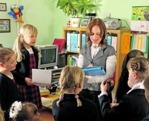 Mokytoja ir mokiniai_valstietis.lt