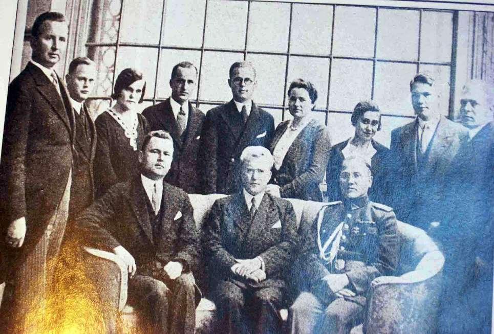 """Pasiuntinybės  Berlyne personalas, sėdi L.Dymša, ministeris V.idzikauska, karo atašė K.Škirpa   K.Škirpos knygos """"Lietuvos nepriklausomybės sutemos"""" nuotr."""