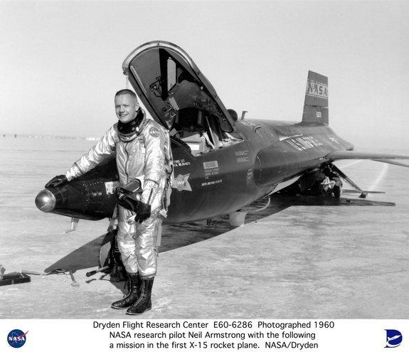 N.Armstrongas 1960 m. Draideno skrydžių tyrimų centre prie raketinio lėktuvo X-15 | NASA nuotr.