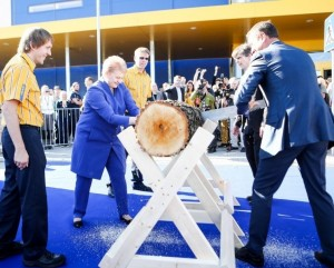Dalia Grybauskaitė pjauna IKEA parduotuvės atidarymo rastą | DELFI, Š.Mažeikos nuotr.