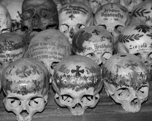 Kaukolės su užrašais Halštato mieste Austrijoje_satenai.lt