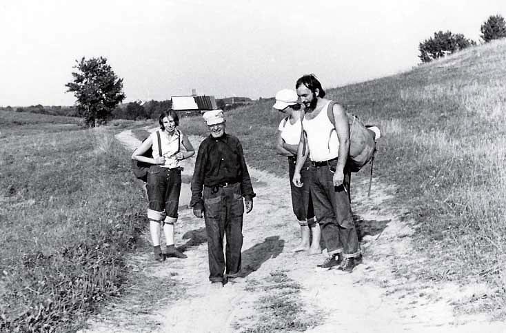 Su Kriūkų kaimo šviesuoliu Krapanu, kairėje - Gema Bagdonavičiūtė, dešinėje - Algirdas Patackas, 7 dešimtmetis | Nuotrauka iš asmeninio archyvo.