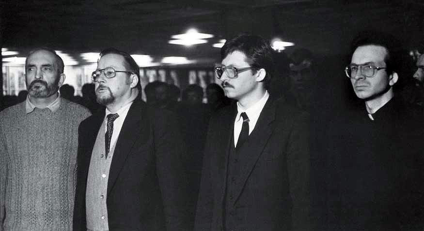1991 m. sausio 13-osios naktis, Lietuvos Aukščiausiosios tarybos deputatų ir savanorių priesaiką priima kunigas Robertas Grigas. Iš kairės – Algirdas Patackas, Vytautas Landsbergis, Audrius Butkevičius, Robertas Grigas | Viliaus Jasinevičiaus nuotr.