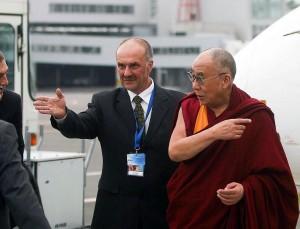 Jo Šventenybė Dalai Lama ir jį pasitinkantis Vytis Vidunas | delfi.lt, K.Čachovskio nuotr.