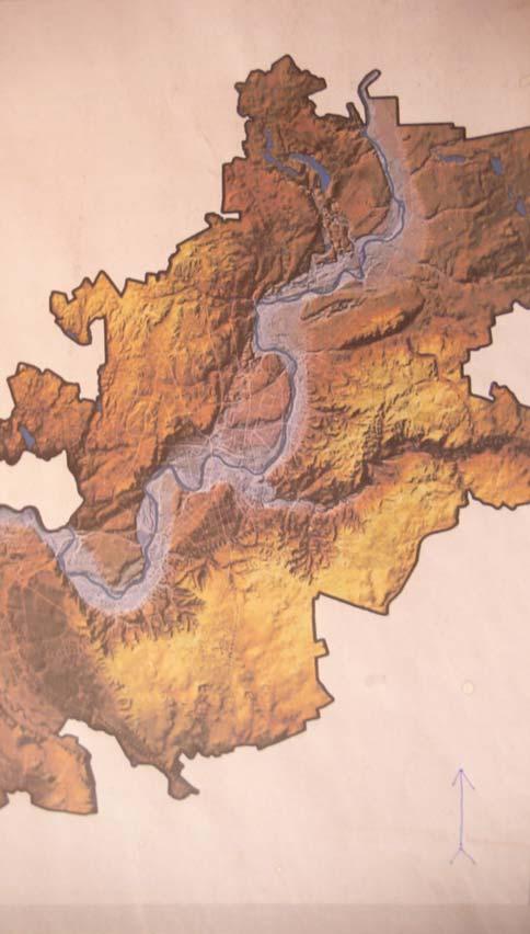 """Neris. Šiaurės rytų kryptimi besitęsiantis lūžis atkerta Žvėryno """"sūrmaišį"""" ir nutįsta link Verkių, ties kuriais upė daro posūkį stačiu kampu į pietus. Galbūt kito įtrūkio rėva iš dešinės į miestą veržiasi Vilnia."""
