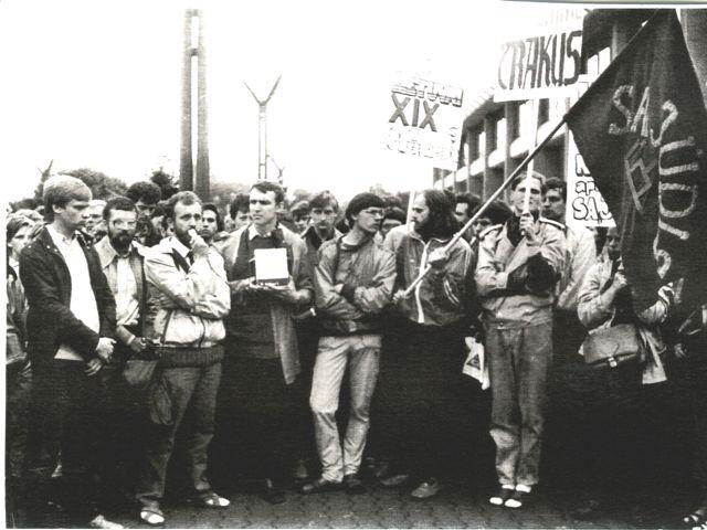 1988 m. birželio 21 d. valdžios nesankcionuotas mitingas prie Aukščiausiosios Tarybos (dabartinio Seimo): Z.Vaišvila, A.Juozaitis, A.Medalinskas, A.Skučas ir kiti. | M-708925