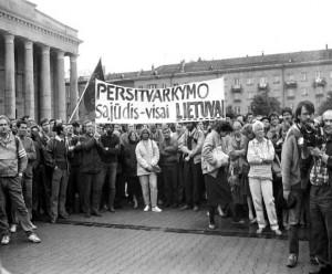 1988 m. birželio 21 d. pirmas nesankcionuotas Sąjūdžio mitingas prie Aukščiausios Tarybos   R.Lanko nuotr.
