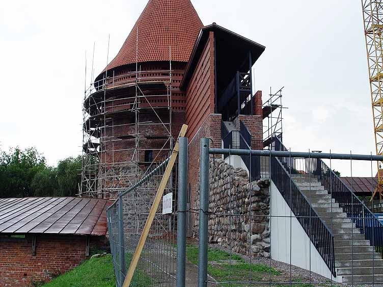 Betoniniai laiptai nutiesti per pilies gynybinę sieną...   G.Kušlio nuotr.