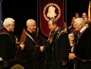 J. E. Ban Ki-moonas gauna garbės daktaro vardo regalijas | kaunas.lt nuotr.