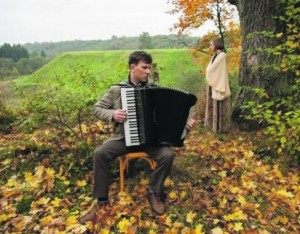 """Vytauto V.Landsbergio """"Trispalvyje"""" skamba Ievos Narkutės ir Martyno Levickio atliekamos partizanų dainos. Kadras iš filmo """"Trispalvis"""""""